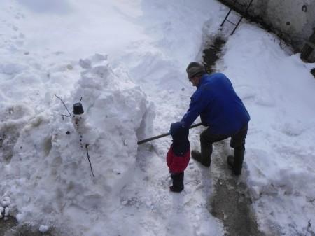 Stari tata in Matic delata iglu